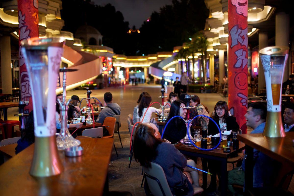 Varias personas, en un establecimiento de hostelería de Shanghai.