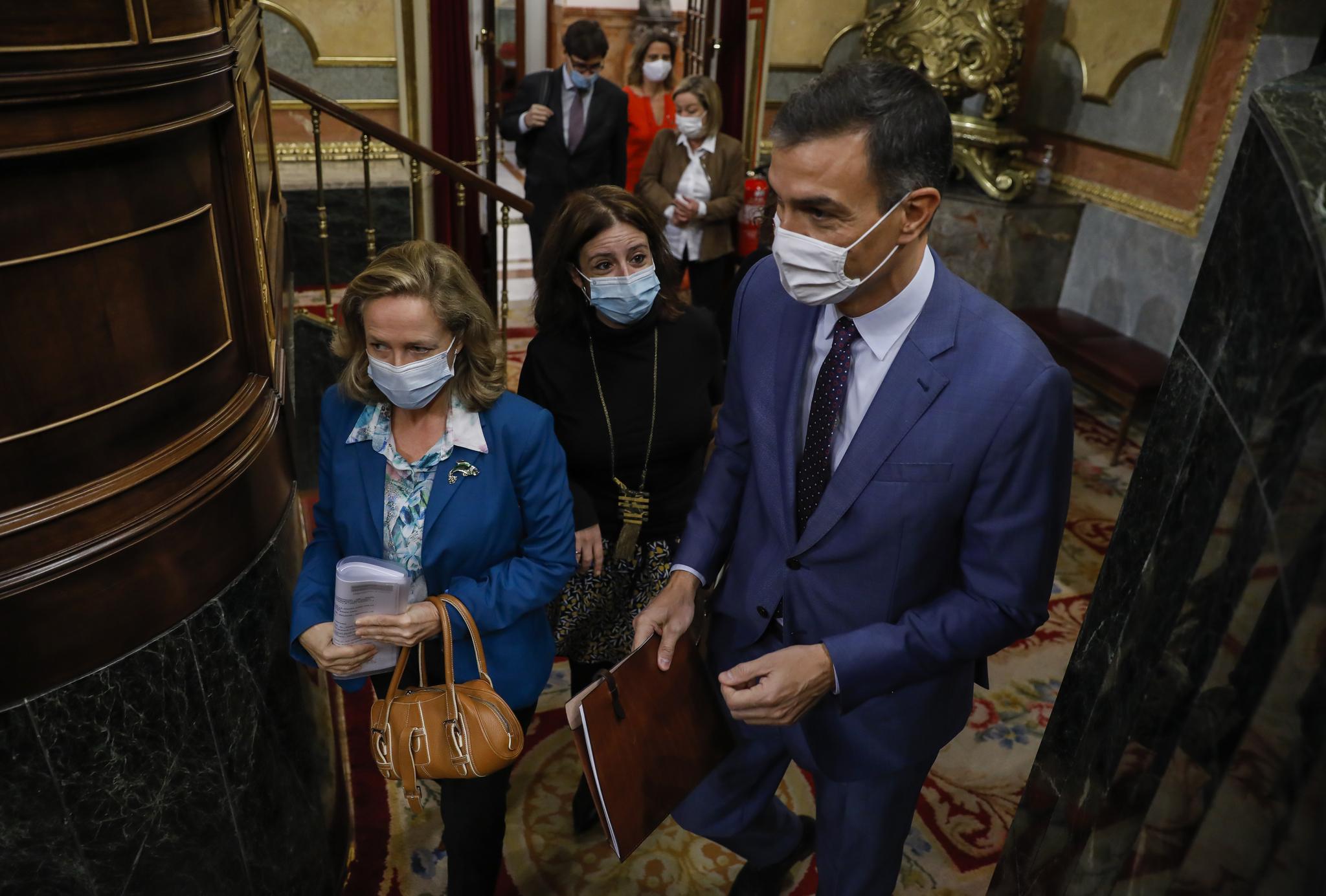 Pedro Sánchez,  junto a Adriana Lastra y Nadia Calviño, en el Congreso.