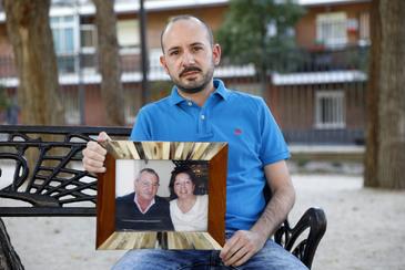 Manuel Cerdá Cruz sostiene una foto de sus padres, Manuel y Juana, la semana pasada en Arganda del Rey (Madrid).