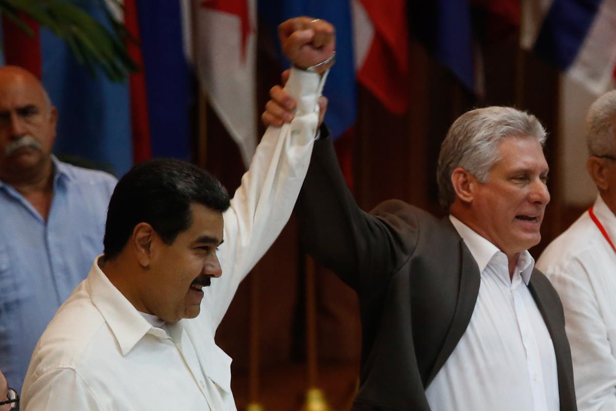 Miguel Díaz-Canel levanta la mano de Nicolás Maduro, en julio de 2018.