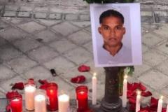 Una foto del fallecido entre velas en la calle de Mariano Vela