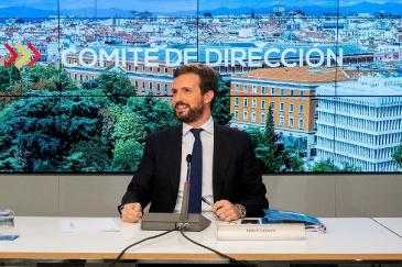 Teodoro García Egea (izqda.) y Pablo Casado, en una reunión de la dirección del PP.
