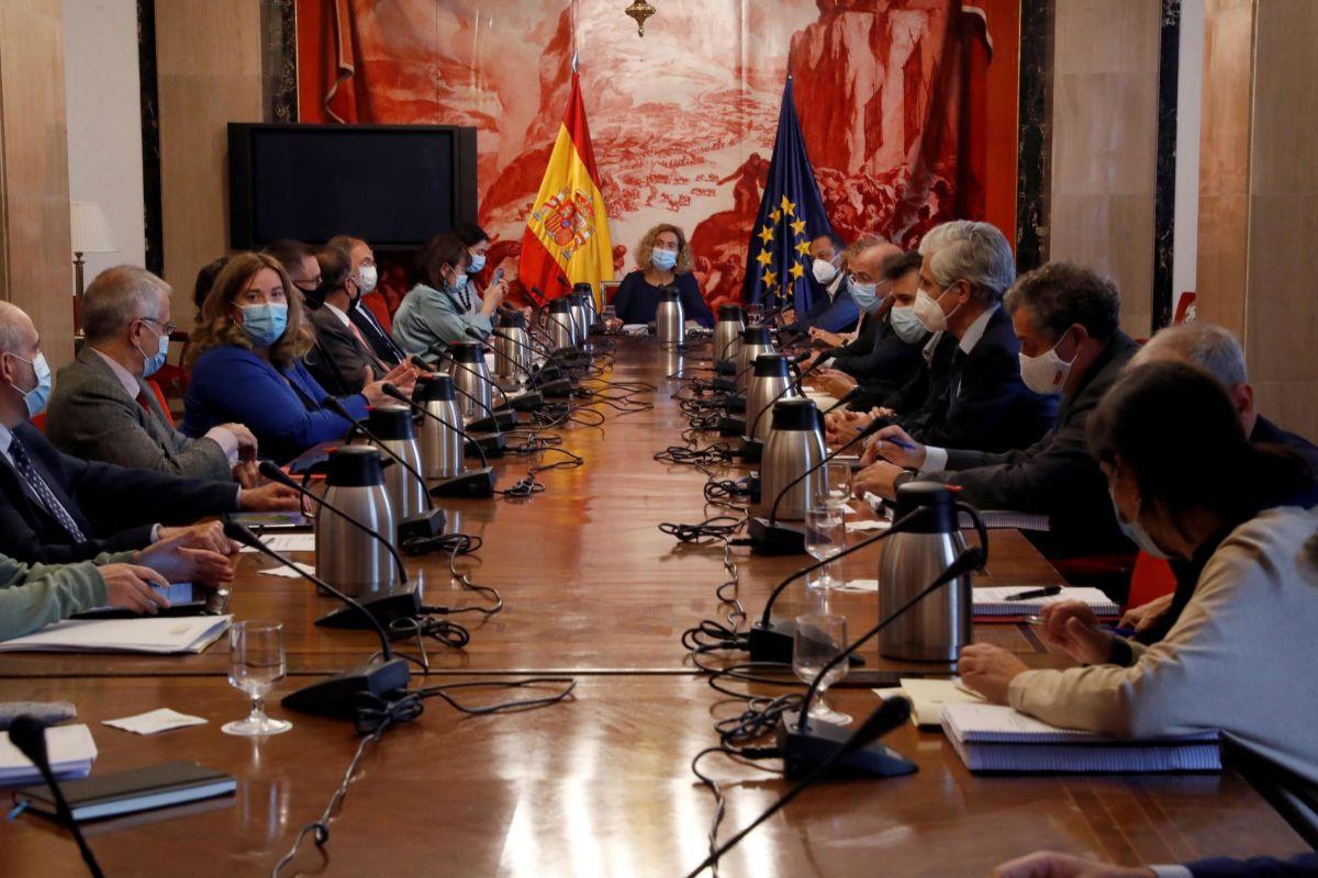 El PSOE y Podemos votan a favor de subir el sueldo a los diputados y se ven obligados a rectificar minutos después