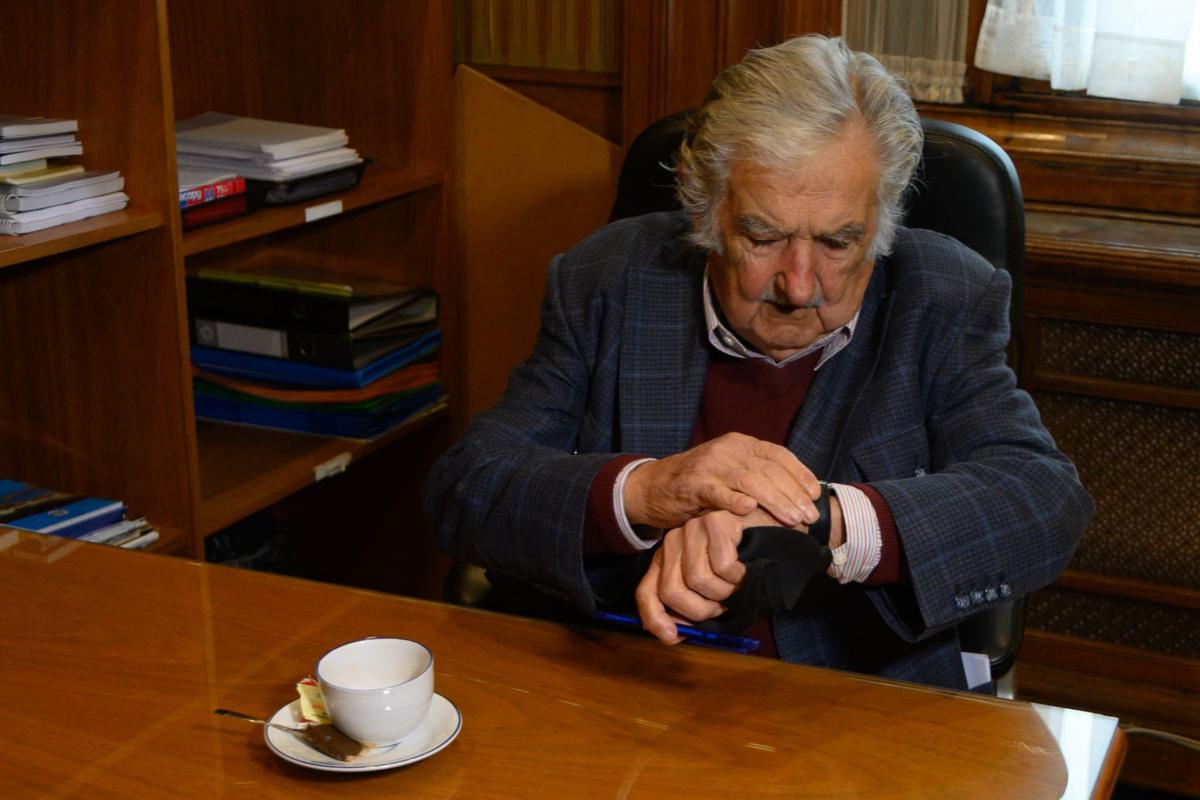 José Mujica espera a su última sesión como senador.
