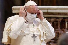 """-FOTODELDÍA- ROMA (ITALIA).- El lt;HIT gt;papa lt;/HIT gt; lt;HIT gt;Francisco lt;/HIT gt; se coloca una mascarilla durante un acto de oración enmarcado dentro de un encuentro organizado por la Comunidad Sant'Egidio bajo el lema """"Nadie se salva por sí solo"""", este martes en la Basílica de Santa María en Aracoeli, en Roma, Italia. EPA/"""