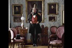 Francisco Umbral en el Museo Romántico con la levita de Larra.