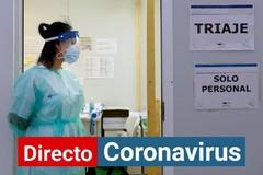 Una enfermera aguarda la llegada de pacientes en un hospital de Valladolid.