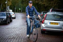 Mark Rutte acude en bicicleta a una reunión ministerial en La Haya.