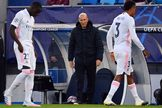 Zidane observa a Mendy y Militao, el pasado martes.