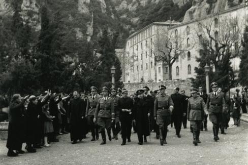 Himmler, en compañía de su séquito y algunos monjes de Montserrat