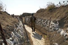 Un soldado armenio patrulla en el frente, en Stepanakert.