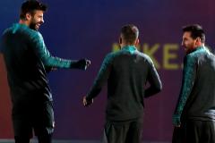 Piqué bromea con Jordi Alba y Messi en un entrenamiento.