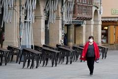 Una mujer pasea por la Plaza del Castillo, en el centro de Pamplona, ayer por la mañana.