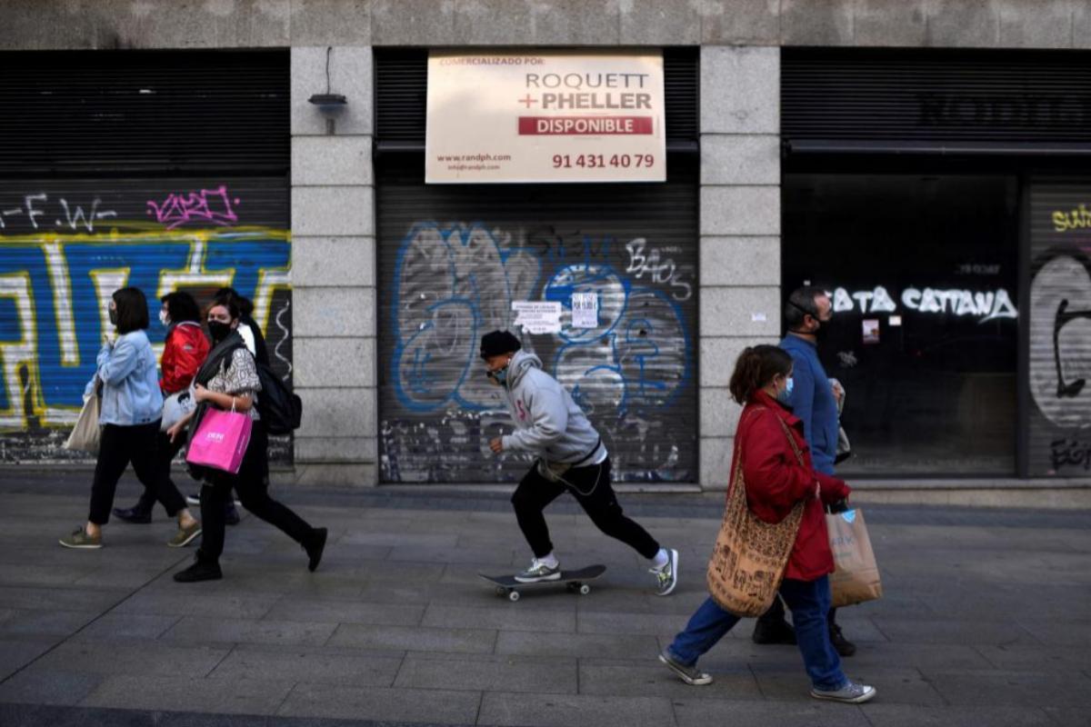 Varias personas pasean por Madrid la semana pasadA. | AFP