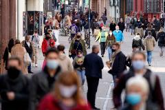 Paseantes con mascarilla para el Covid en una calle de Heidelberg, en Alemania.