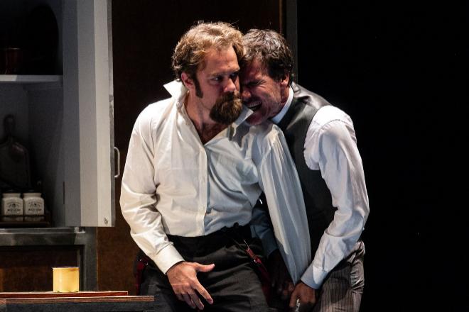 Carlos Serrano (izquierda) intrepreta a varios personajes que se cruzan con el matemático.