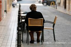 Una mujer, en una terraza en Valencia.