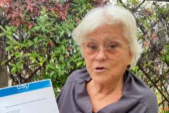 Rosa Esteve con el documento que certifica la pureza del aire de su restaurante.