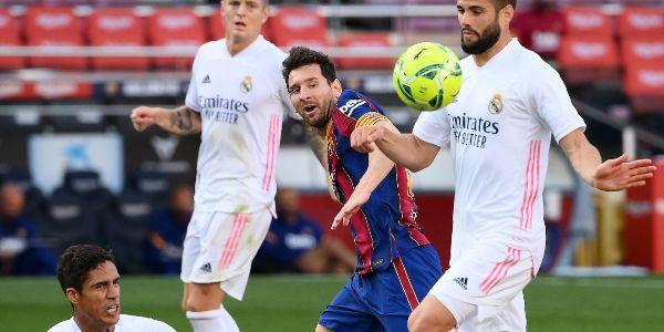 Messi, rodeado por Nacho, Kroos y Varane, en el suelo.