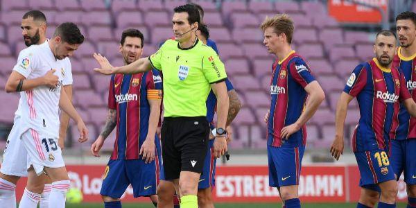 Martínez Munuera apacigua los ánimos en el Camp Nou.