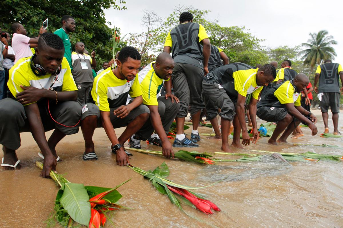 Los jugadores de Zambia homenajean a los fallecidos en 1993.