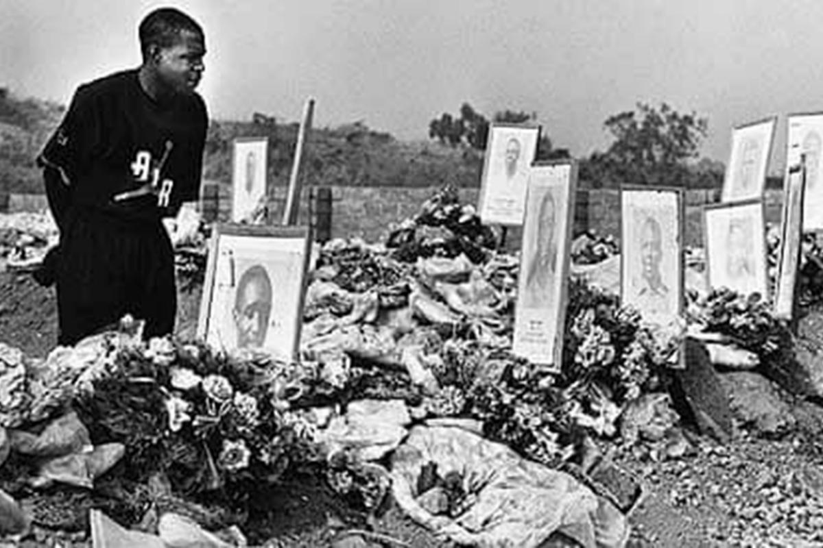 Kalusha Bwalya homenajea a sus compañeros fallecidos en el accidente.