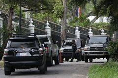 AME3487. lt;HIT gt;CARACAS lt;/HIT gt; (VENEZUELA).- Fotografía de la casa del embajador de España en lt;HIT gt;Caracas lt;/HIT gt; rodeada de miembros del Servicio Bolivariano de Inteligencia Nacional, este sábado, en lt;HIT gt;Caracas lt;/HIT gt; (Venezuela). El líder opositor venezolano lt;HIT gt;Leopoldo lt;/HIT gt; López abandonó la residencia del embajador de España en lt;HIT gt;Caracas lt;/HIT gt;, donde permanecía como huésped desde el 30 de abril de 2019, tras participar en un fallido levantamiento militar, confirmaron esta sábado a Efe fuentes cercanas al político opositor. Hasta el momento se desconoce el destino de López, líder del partido Voluntad Popular, en el que también hizo toda su carrera el parlamentario Juan Guaidó, hasta que salió del partido en enero pasado con el objetivo de representar a todos los opositores y no solo a una organización.