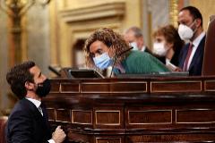 Pablo Casado habla con la presidenta del Congreso, Meritxell Batet, durante la moción de censura.