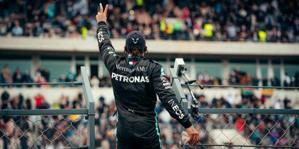 Hamilton saluda a los aficionados tras su triunfo en Portimao.