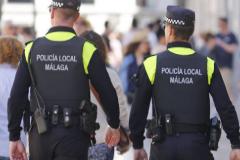 Dos agentes de la Policía Local de Málaga.