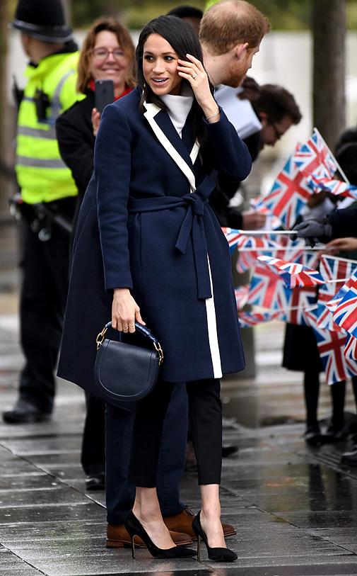 La duquesa de Sussex con unos 'manolos' azul marino.