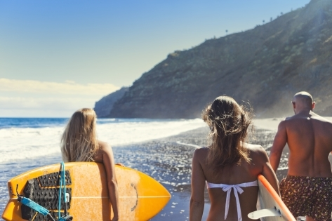 Jóvenes haciendo surf.
