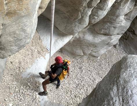 Rápel durante el descenso del barranco.