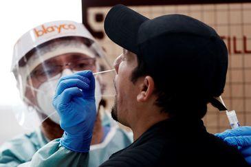 Un enfermero realiza una PCR a un paciente en Navarra.