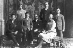 Alfonso XIII con sus cinco hijos en el estudio de Kaulak: Jaime, Beatriz, Gonzalo, el príncipe Alfonso, María Cristina y Juan, que luego sería el heredero.