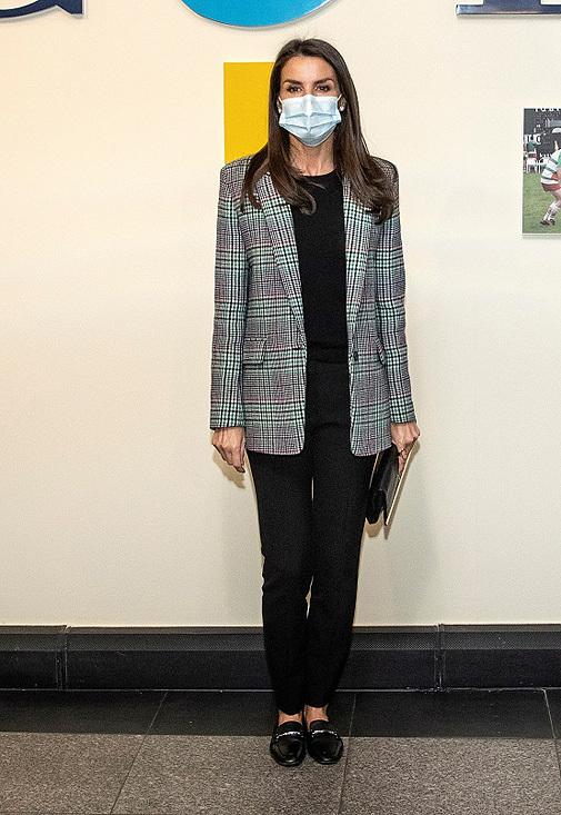 Doña Letizia ha sustituido sus stilettos por unos mocasines planos.