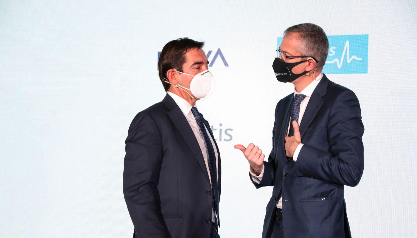 De izquierda a derecha el presidente de BBVA, Carlos Torres, y el gobernador del Banco de España, Pablo Hernández de Cos