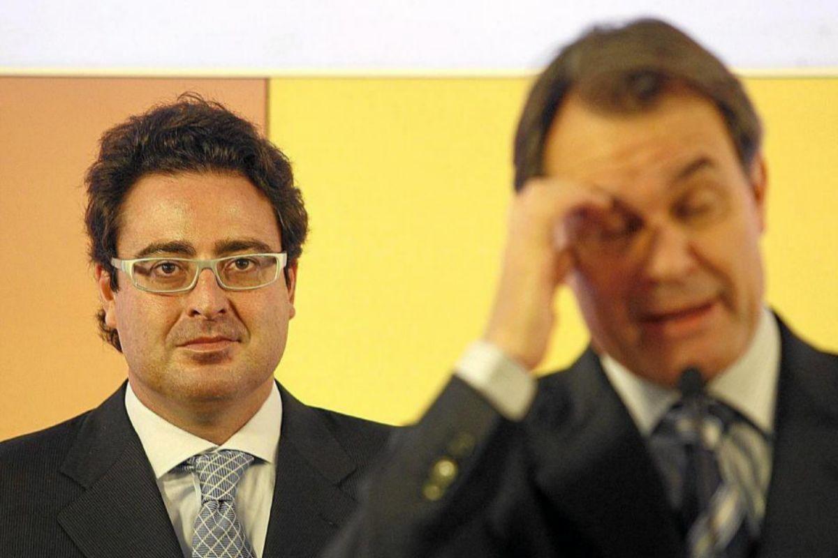David Madi (izqda.), uno de los detenidos, en un acto con Artur Mas.