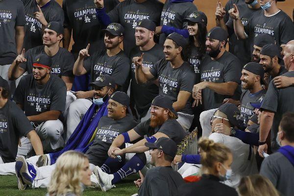 Turner, sentado en el centro, celebra con sus compañeros.