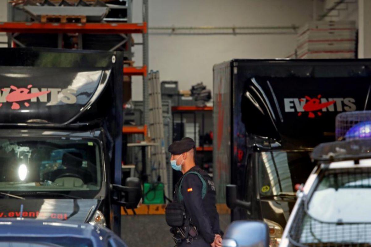 Agentes de la Guardia Civil custodian la sede de la empresa Events en Barcelona.