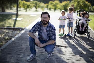 Francisco Bescós, con sus tres hijos.