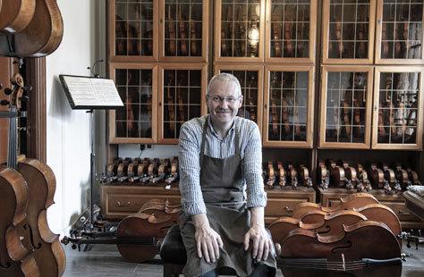 El 'luthier' Roberto Jardón Rico, en su taller.