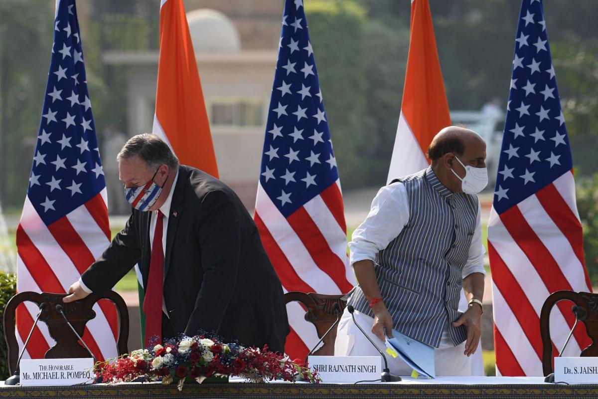 Mike Pompeo, secretario de Estado de EEUU, junto al ministro de defensa de la India, Rajnath Singh, en Nueva Delhi.