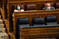 El sillón del presidente del Gobierno, Pedro Sánchez (primero por la izqda.), vacío, durante el debate del segundo estado de alarma, este jueves, en el Congreso.