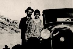 Juan Ramón Jiménez y Zenobia Campubrí junto al Ford que les regaló su hermano Luis Campubrí, en 1929.