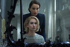 Lily James y Kristin Scott Thomas en 'Rebeca' de Ben Wheatley.