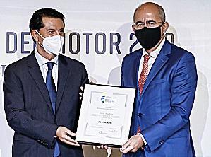 Francisco Rosell, director de EL MUNDO entrega el galardón a José Muñoz.