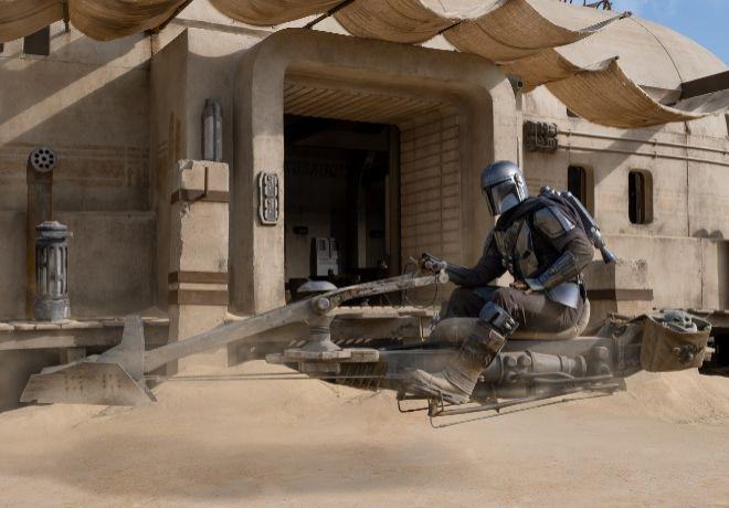 Mando aparece en la segunda temporada en una icónica moto de la saga 'Star Wars'.