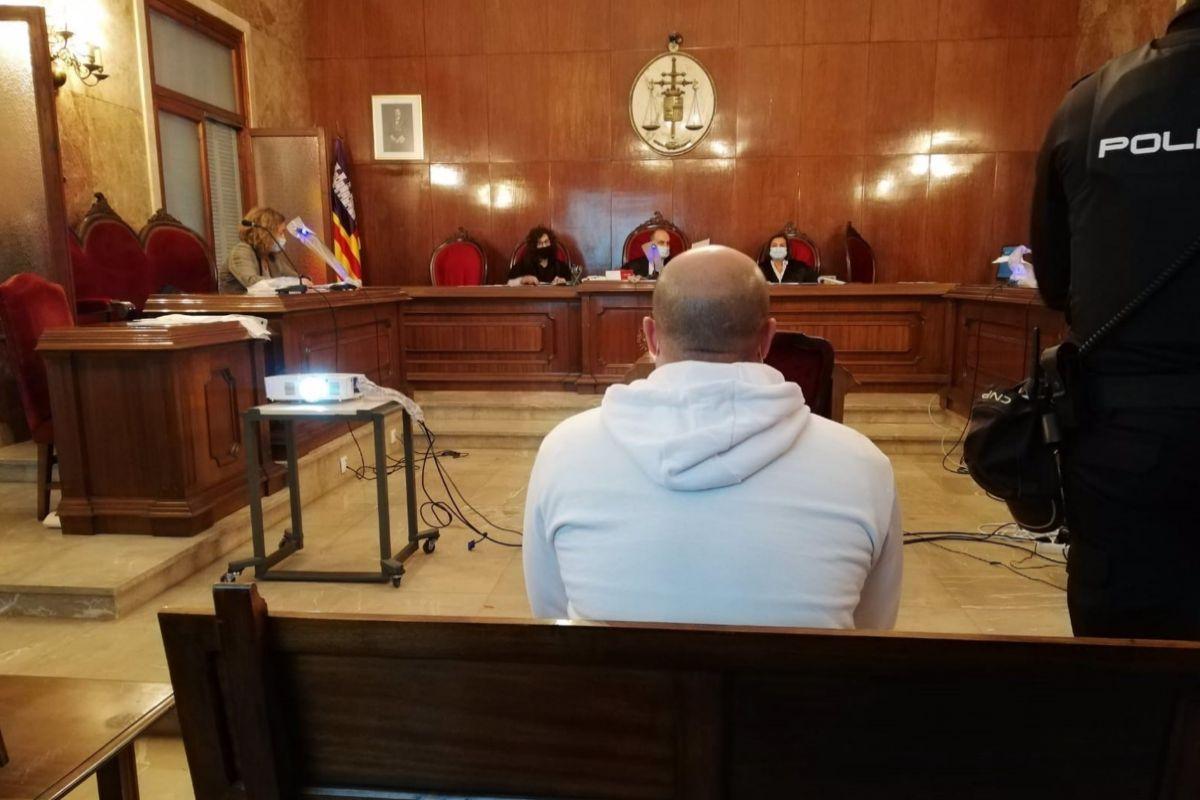 El acusado de intentar matar a un hombre en Magaluf, durante el juicio en la Audiencia.