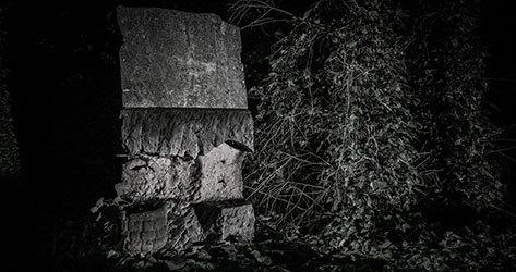Restos de una lápida en el cementerio de Bohnice.